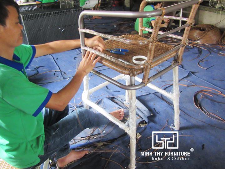 Khám phá cách đan ghế quầy bar giả mây tại xưởng đan mẫu của Minh Thy Furniture