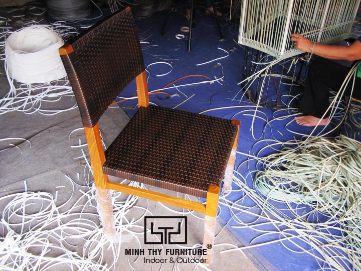 Khi sản phẩm bàn ghế gỗ kết hợp với vật liệu giả mây