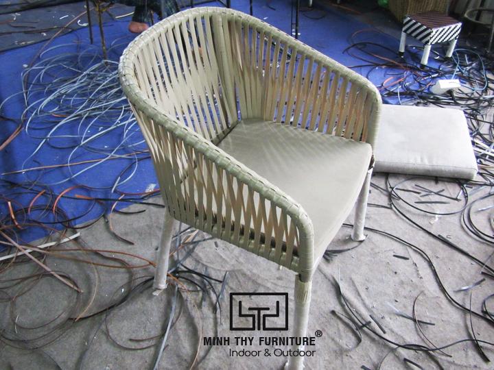 Tìm hiểucách người thợđan ghế cafe nhựa giả mây tại xưởng Minh Thy Furniture